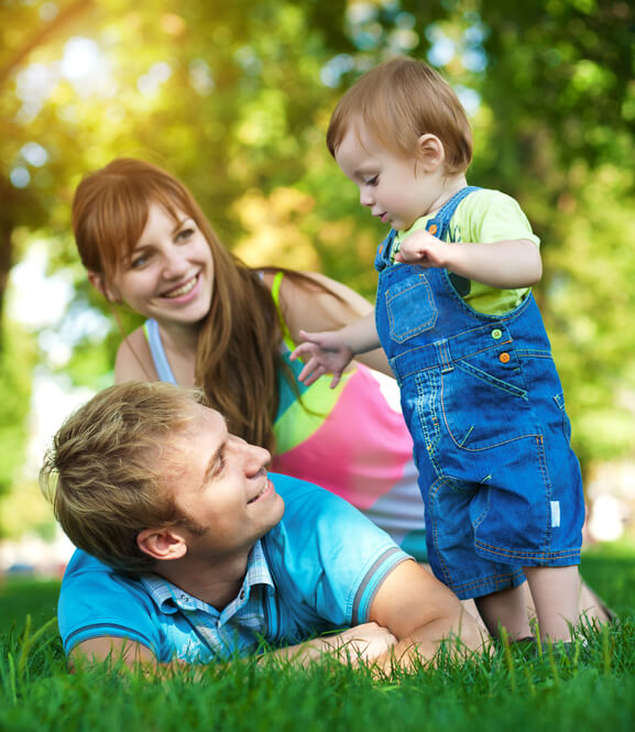 happy family are walking in the green summer park. picnic - זיכרונות משפחתיים