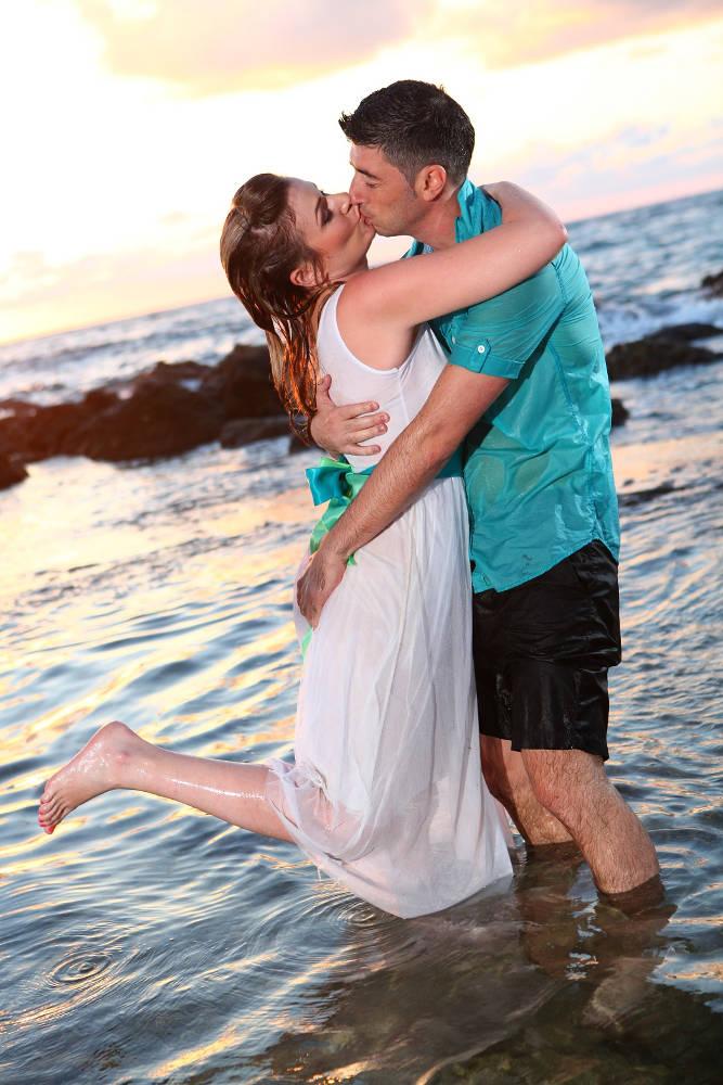 חתן וכלה מתחבקים בחוף הים - trash the dress לדוגמה