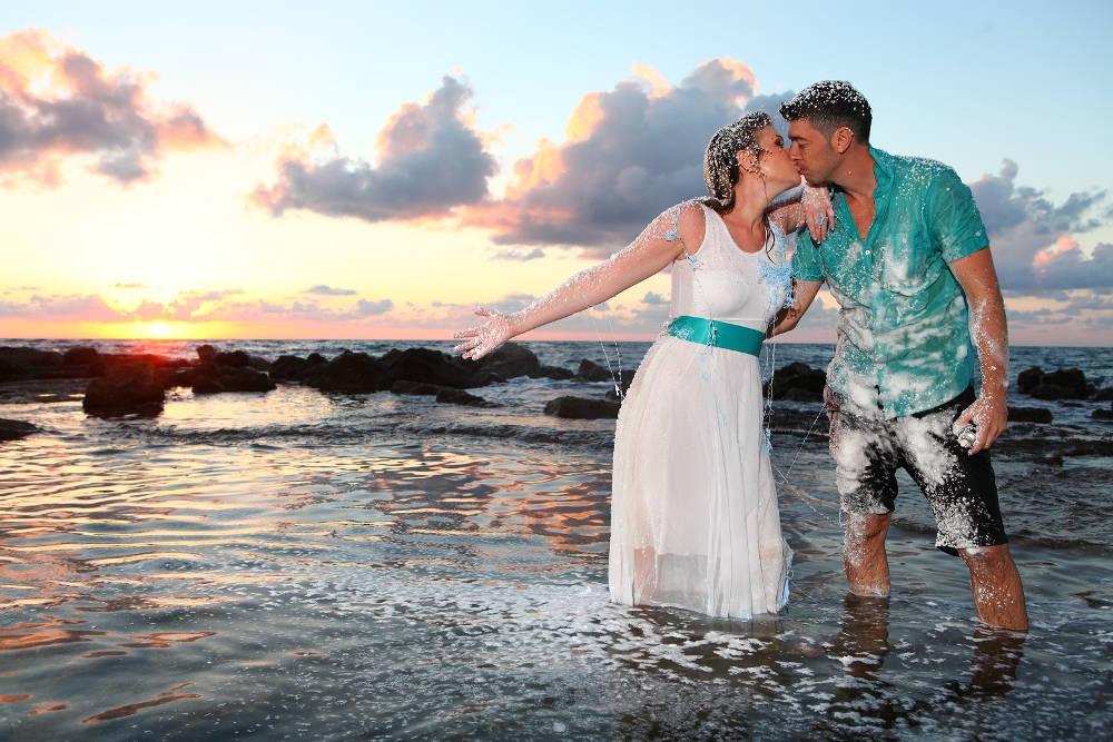 חתן וכלה עם קצף בחוף הים - trash the dress לדוגמה