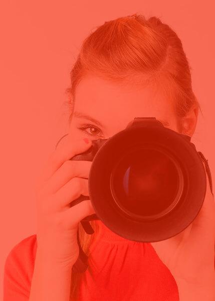 אישה מחזיקה מצלמה - ציוד צילום