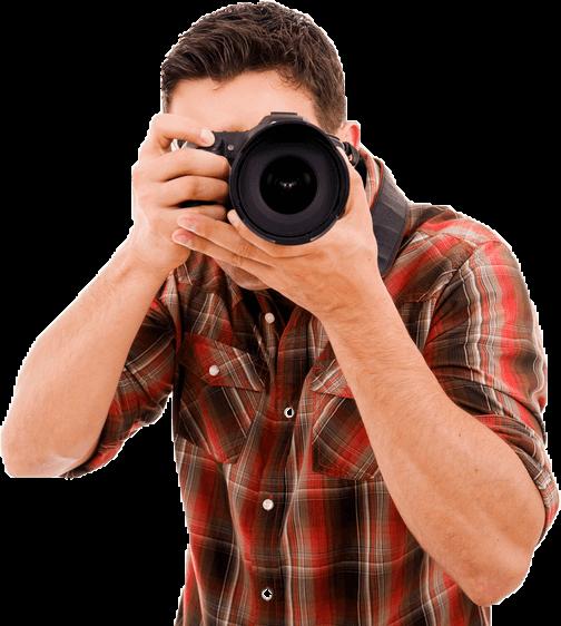 אדם מחזיק מצלמה