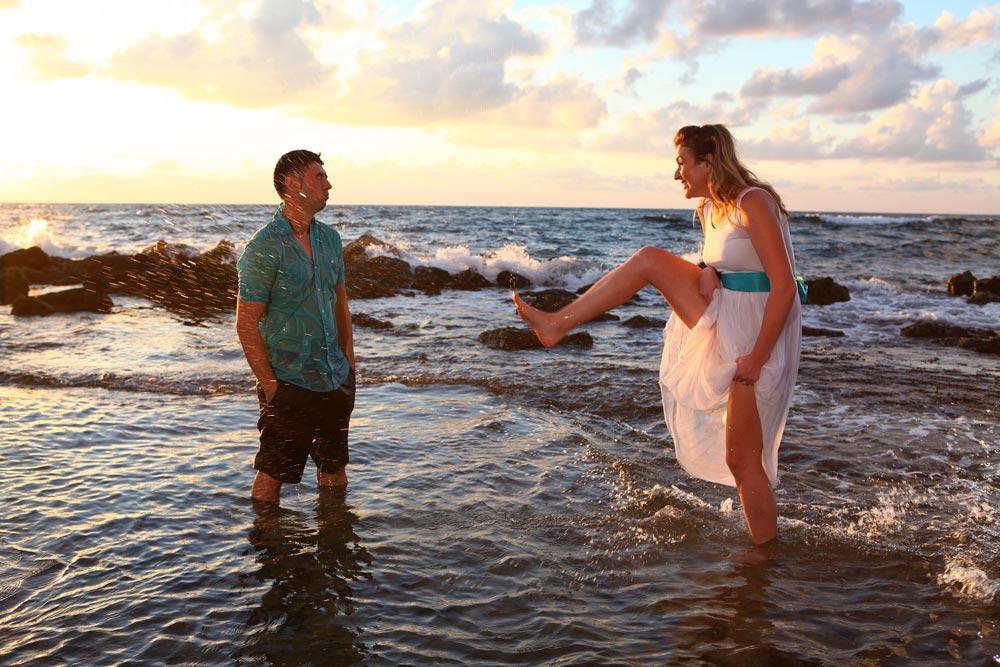 חתן וכלה משפריצים בחוף הים - trash the dress לדוגמה