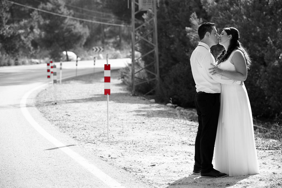 תמונת נוף בשחור לבן של חתן וכלה